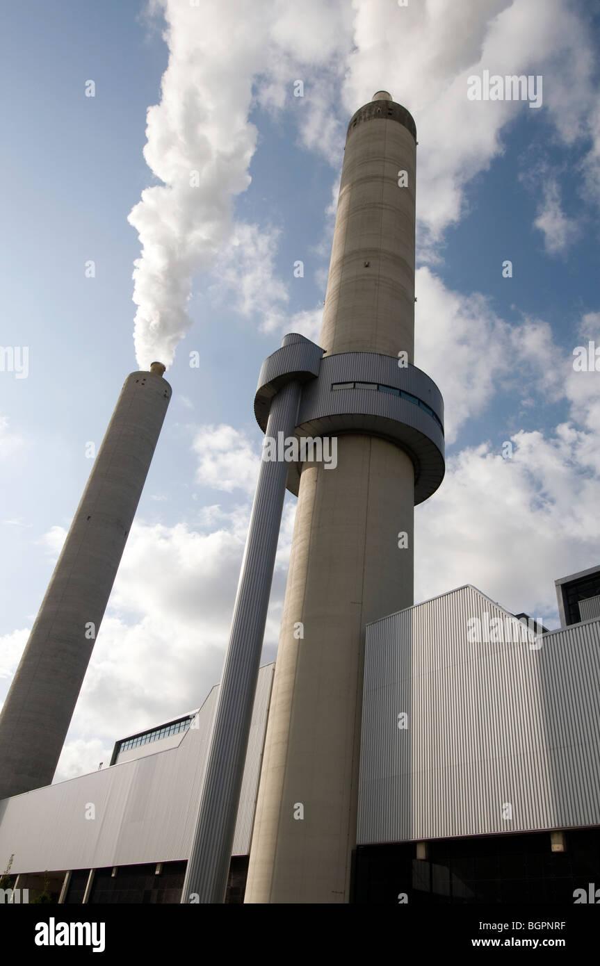 Schornstein Rauchentwicklung in blaue Luft Stockbild