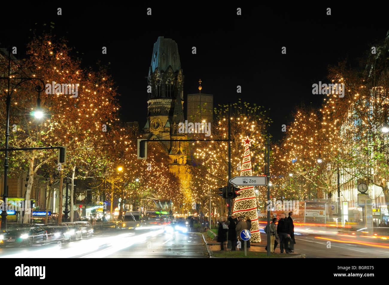 Weihnachtsbeleuchtung Kurfürstendamm.Weihnachtsbeleuchtung Verkehr Auf Dem Boulevard Kurfürstendamm In