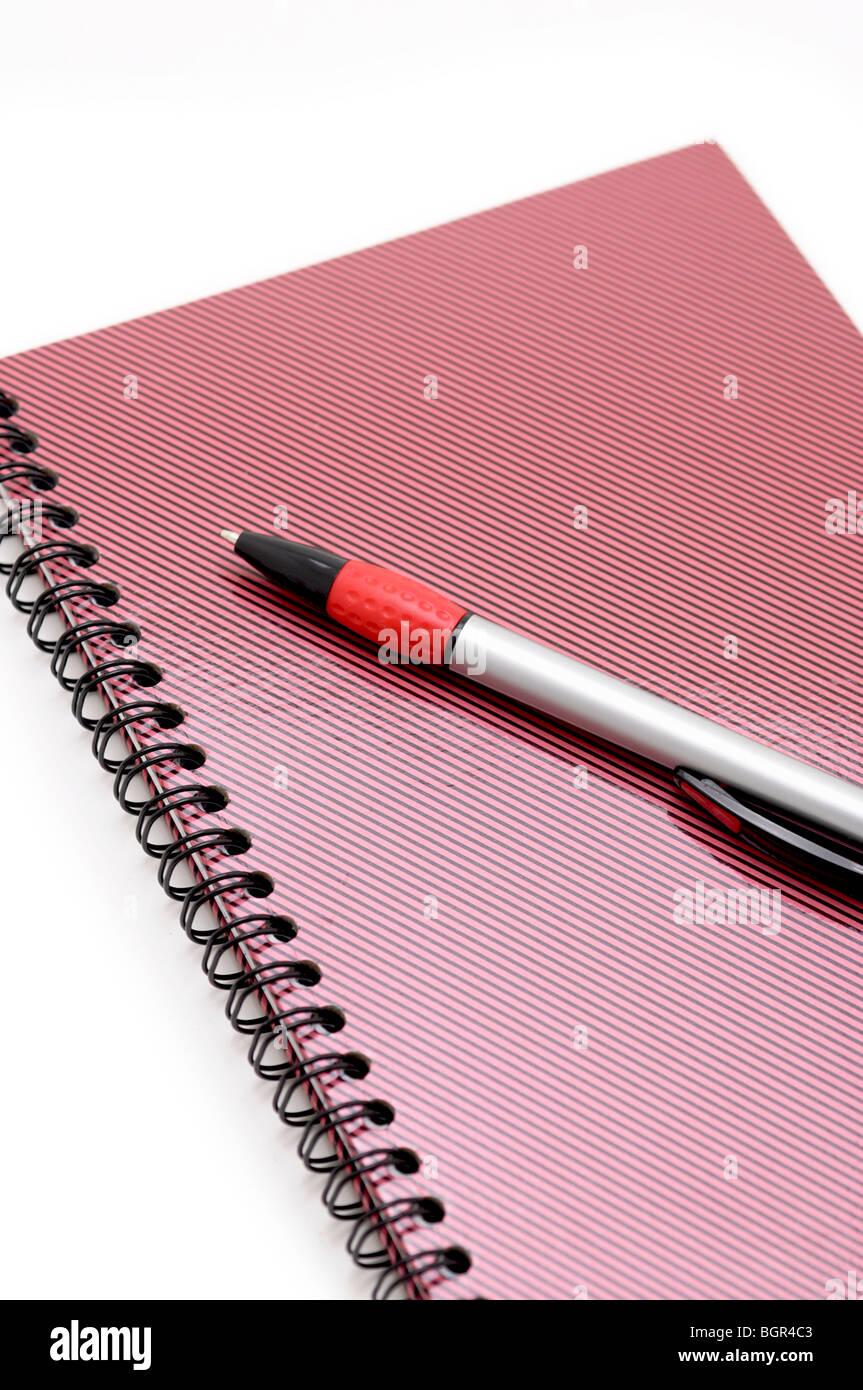 Geschlossenen Notizbuch und Stift Stockbild