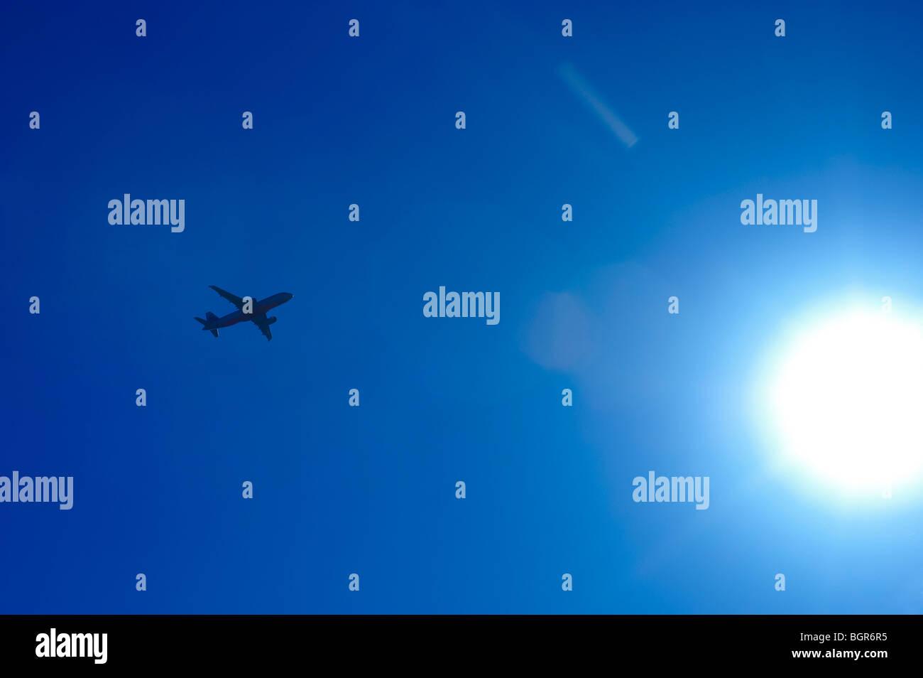 Verkehrsflugzeug in die Sonne fliegen Stockbild
