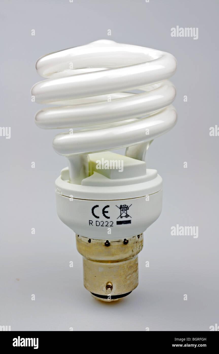 eine Spiral Energiesparlampe auf weißem Hintergrund Stockbild
