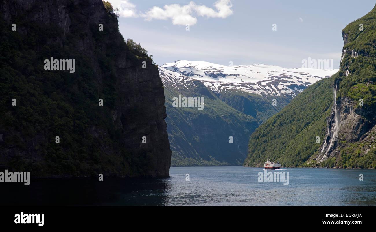 Geiranger Fjord das Innenteil mit dem Hurtigrutten Fähre verlassen Stockbild