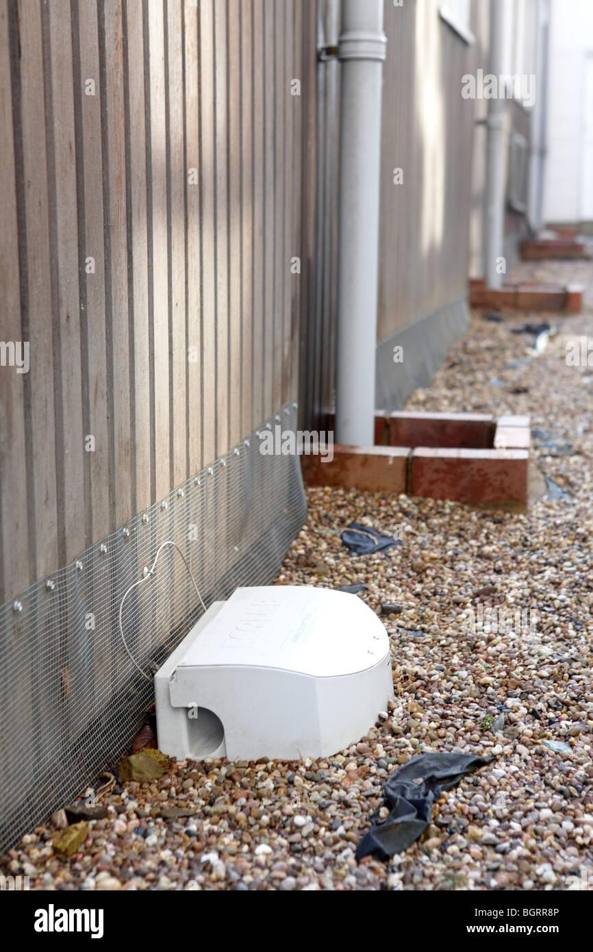 Eine Rattenfalle platziert außerhalb eines öffentlichen Gebäudes, Nagetiere, Mäuse, Ratten und Stockbild