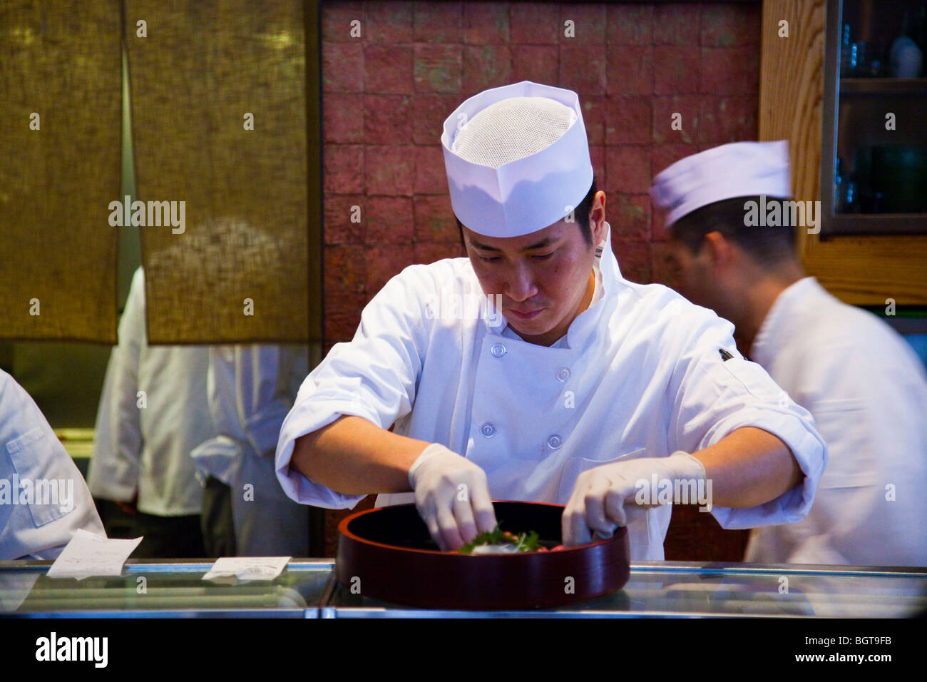 Sushi-Koch im Nobu Restaurant in Tribeca in New York City Stockbild