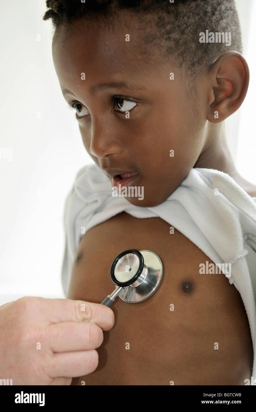 Junge mit Stethoskop wird statt auf Brust, Cape Town, Western Cape, Südafrika Stockbild