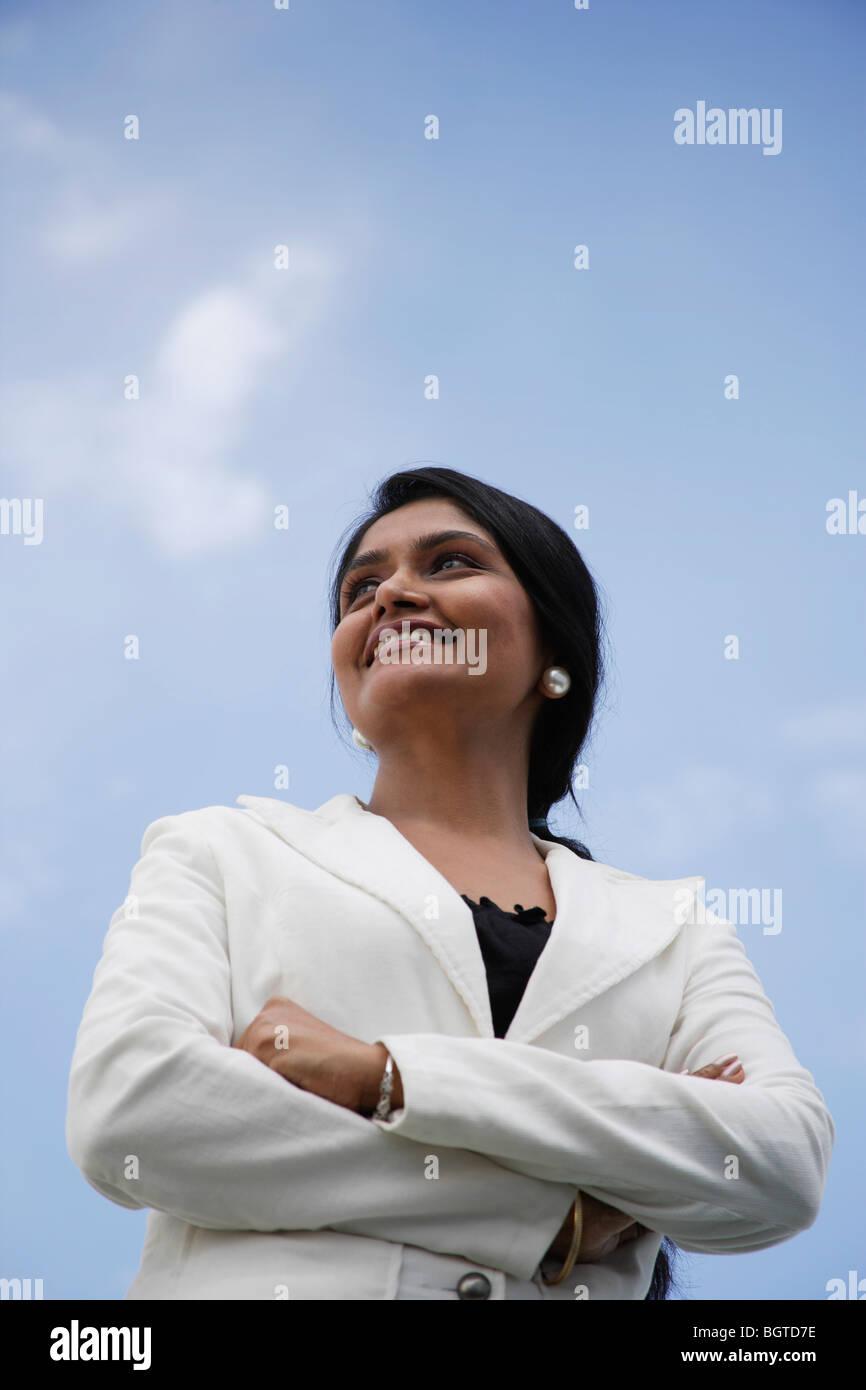 Porträt von Indianerin ihre Gelenkarme und nachschlagen. Stockbild