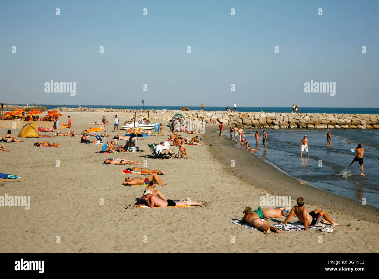 der strand von saintes maries de la mer provence frankreich stockfoto bild 27588514 alamy. Black Bedroom Furniture Sets. Home Design Ideas