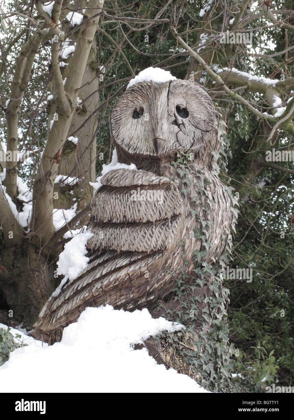 Carved owl wood stockfotos bilder alamy