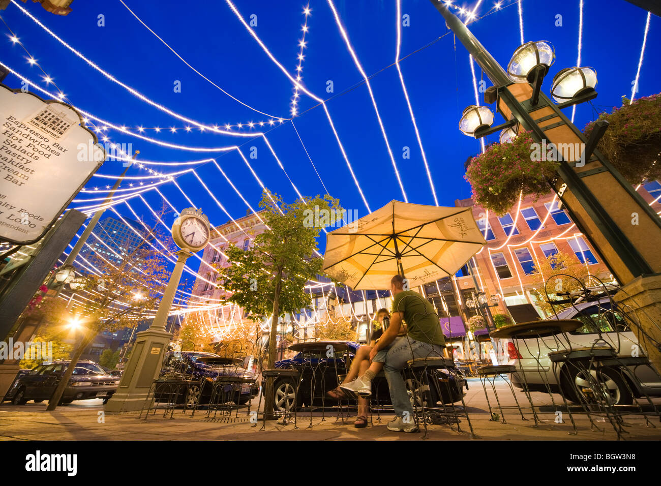 LoDo Denver Deli Restaurant Cafe der Lebensmittelmarkt am Larimer Square, Street in der Abenddämmerung. Stockbild