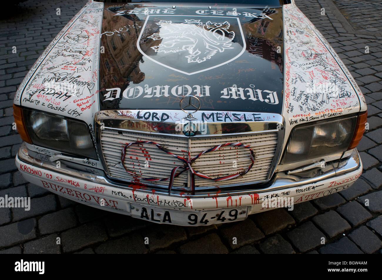 Signatur Zeichnungen auf der Vorderseite eines alten Mercedes Car in Stare Mesto Prag Tschechische Stockbild
