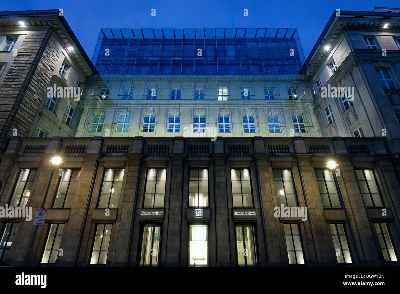 Berlin. Deutschland. Fassade der Deutschen Bank aufbauend auf ...