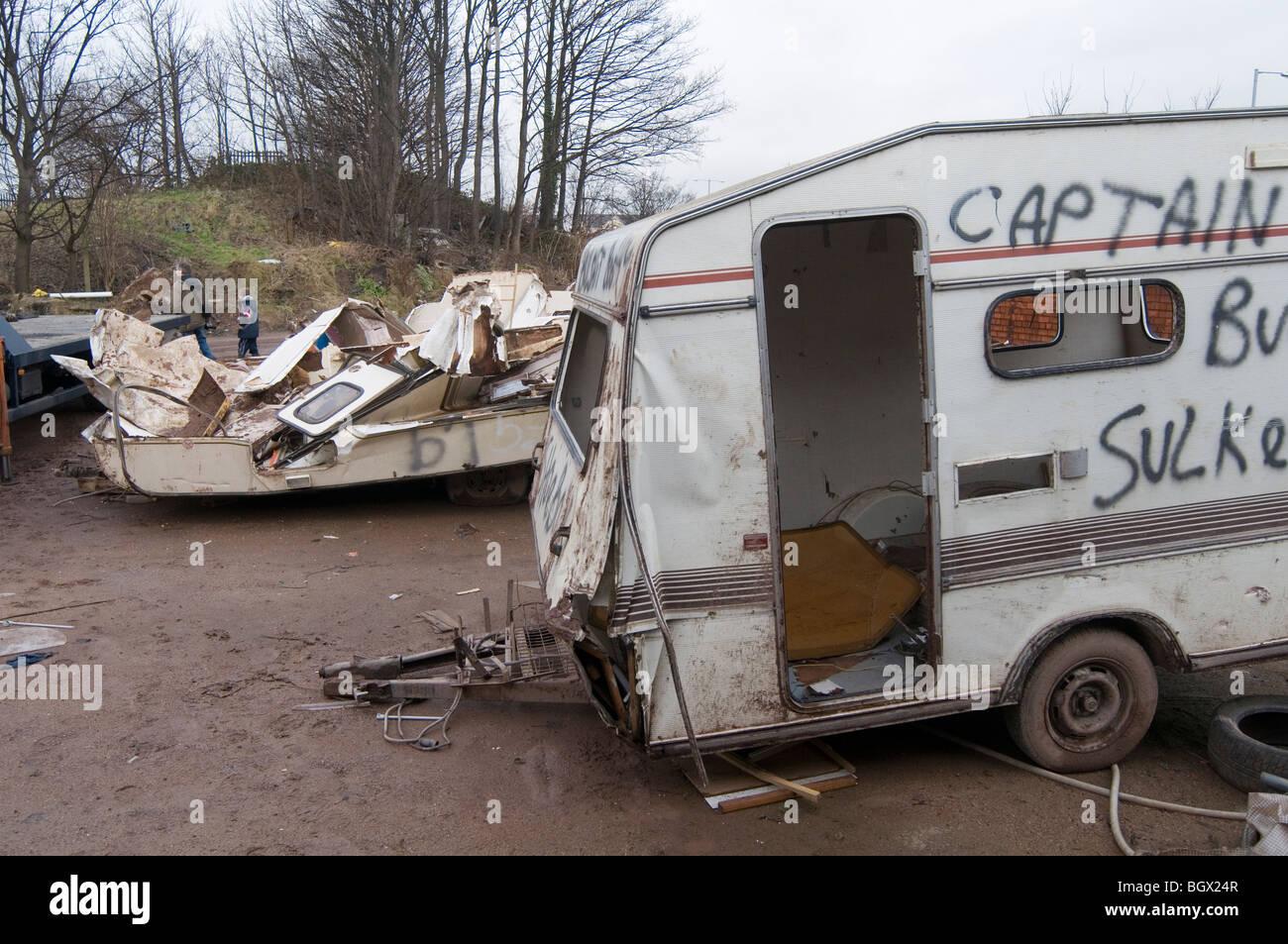 caravan wohnwagen zerschlagen alten vans camping wohnmobil. Black Bedroom Furniture Sets. Home Design Ideas