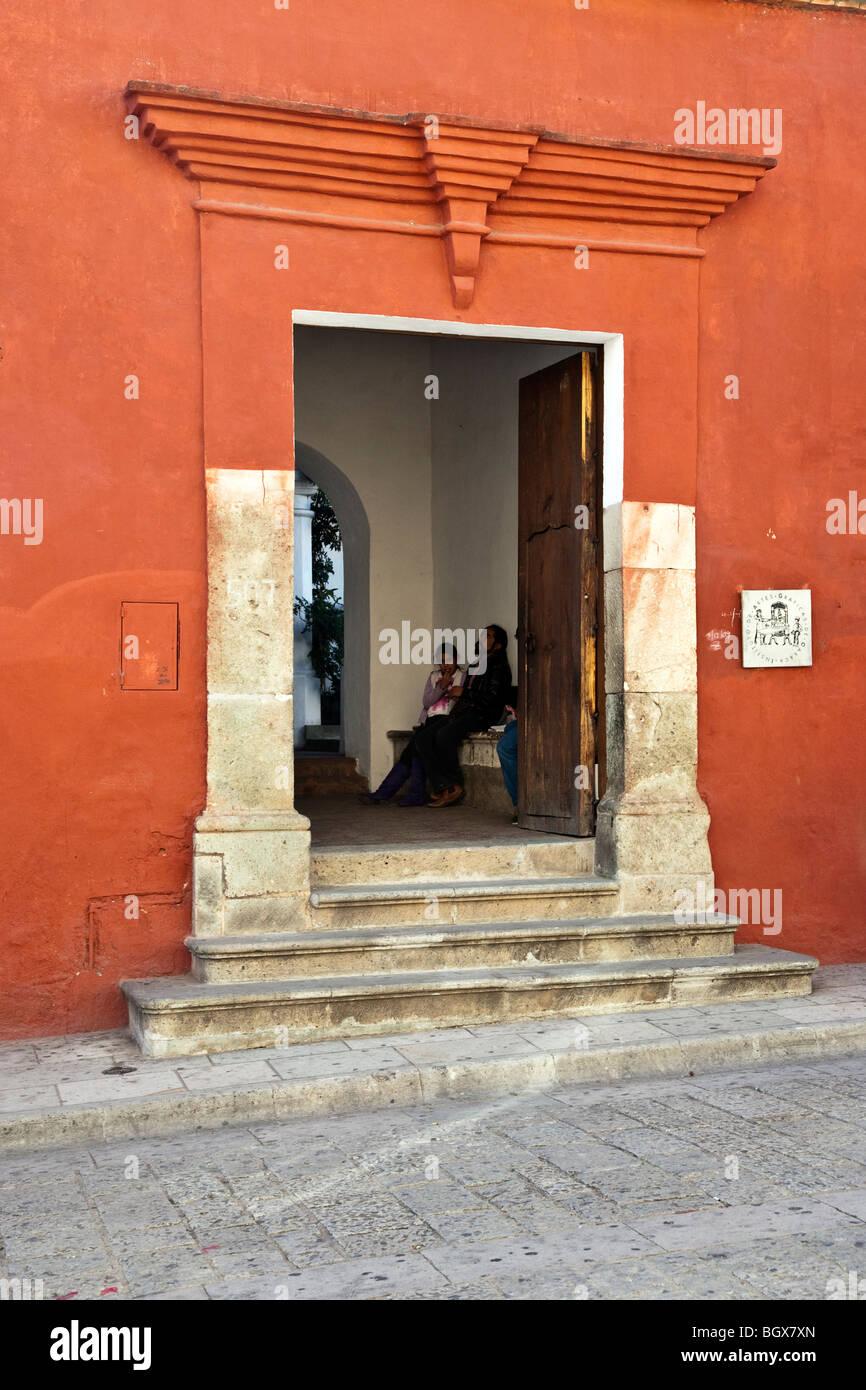 Steintreppen & Eingangsportal mit Blick zum Vestibül des Instituts & Museum of Graphic Arts Oaxaca Stockbild