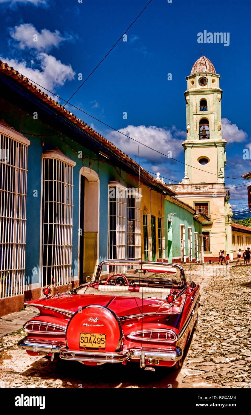 Klassische rote 1959 schönen Chevy Cabrio auf Kopfsteinpflaster von Trinidad Kuba ein altes koloniales Dorf Stockbild