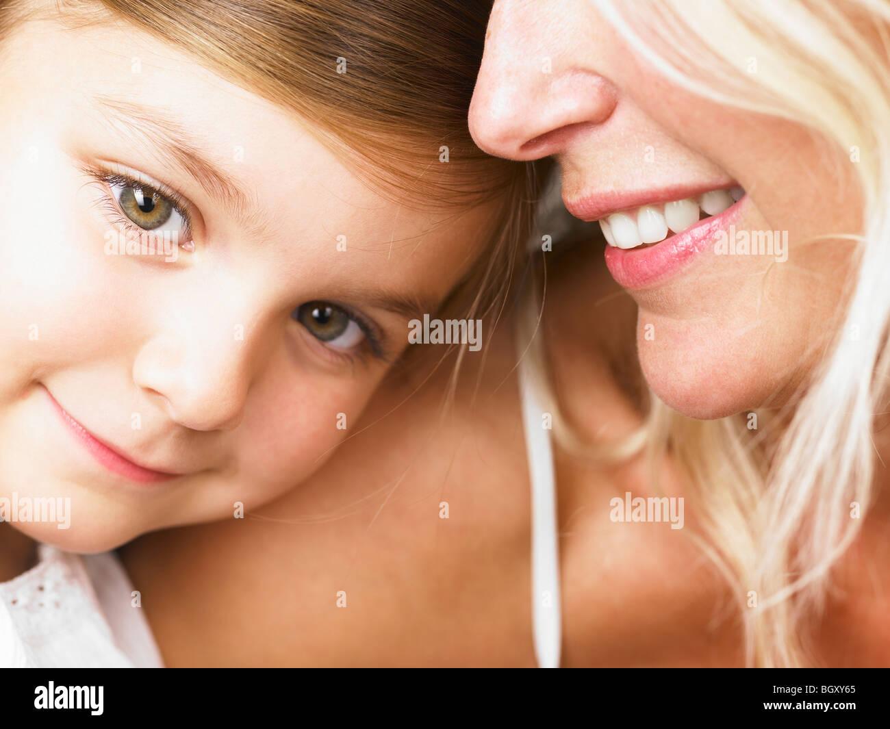 Mutter und Tochter kuscheln Stockbild