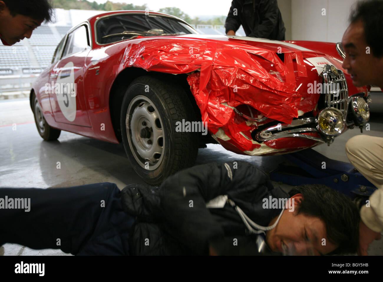 1957 Alfa Romeo Giulietta SVZ, beschädigt und bekommt eine Notfallreparatur, seine Flügel. Le Mans Classic Stockbild
