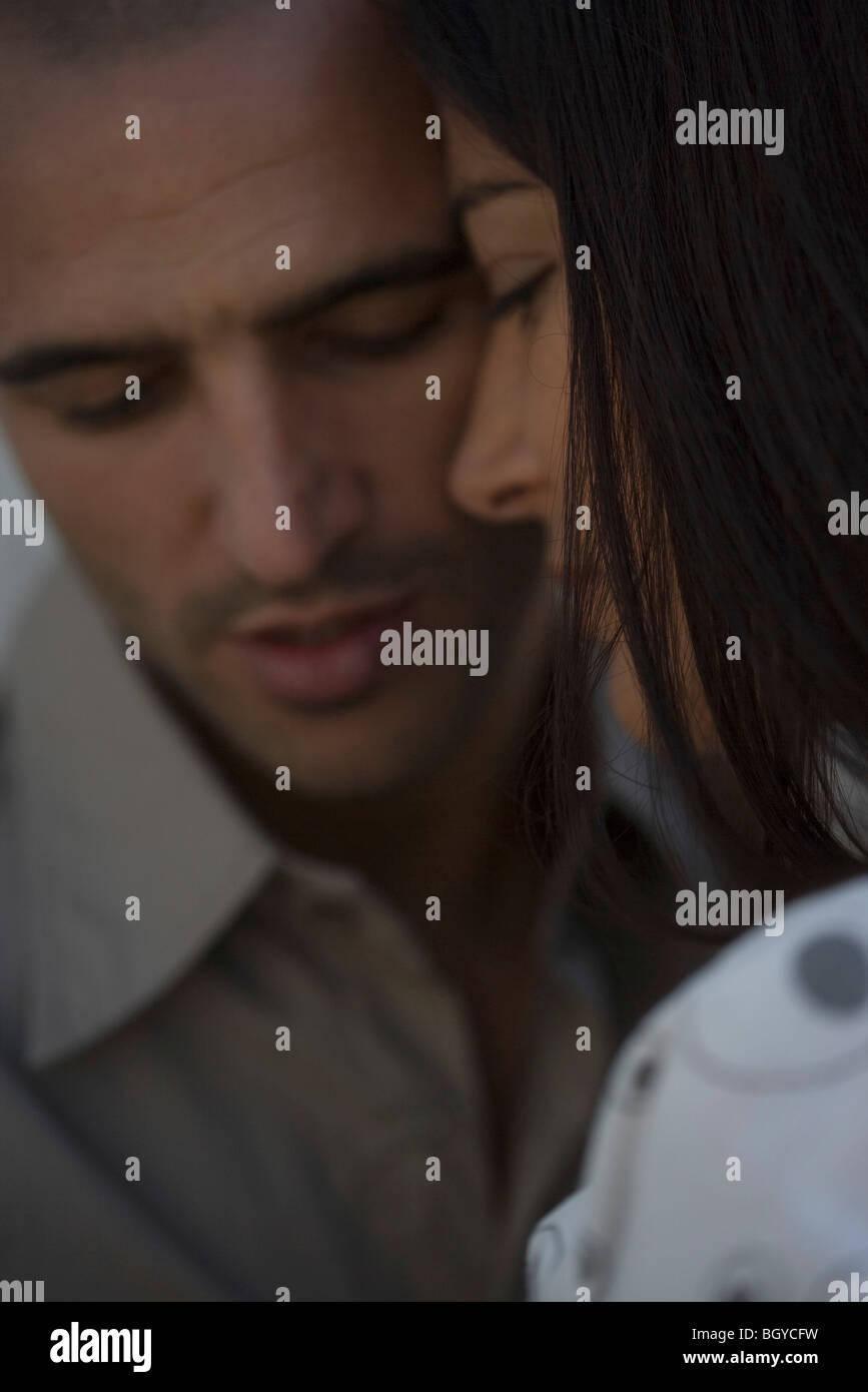 Paar berühren Stirn, close-up Stockbild