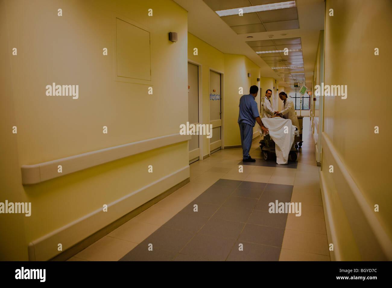 Behandlung von Patienten auf Bahre im Krankenhausflur Arbeitskräfte im Gesundheitswesen Stockfoto