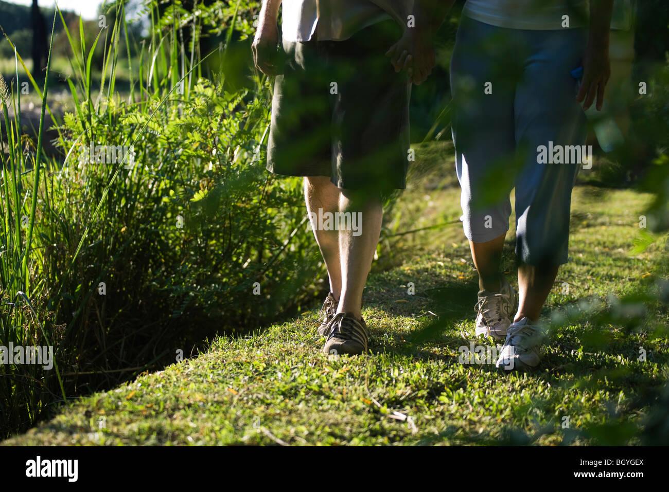 Paar Hand in Hand zusammen Spaziergang genießen, beschnitten Stockbild
