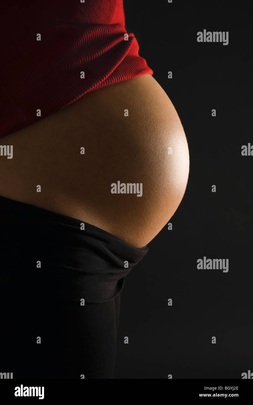 Runden nackten Bauch der schwangeren Frau Stockfoto