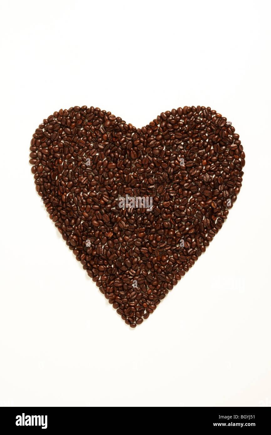 Kaffeebohnen Schäumen eine Herzform Liebe symbolisiert Stockbild