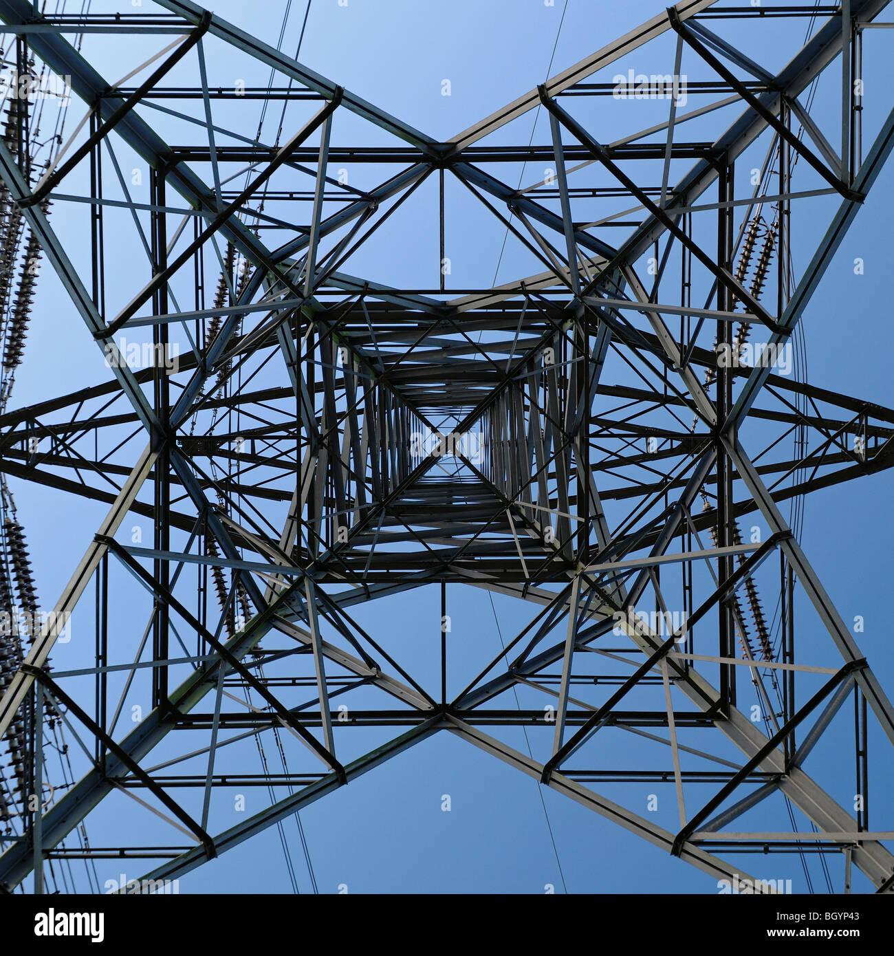 Strom Pylon niedrigen Winkel, Ansicht von unten Stockbild