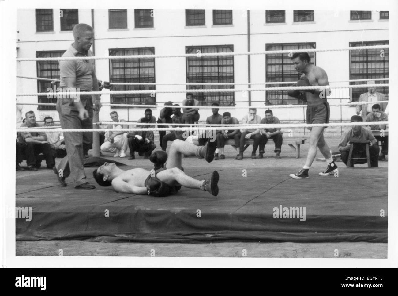 Boxring auf Hof im inneren Gefängnis. Freizeitspielen. Ca. 1940-1950. Lincoln, Nebraska, USA. Stockbild