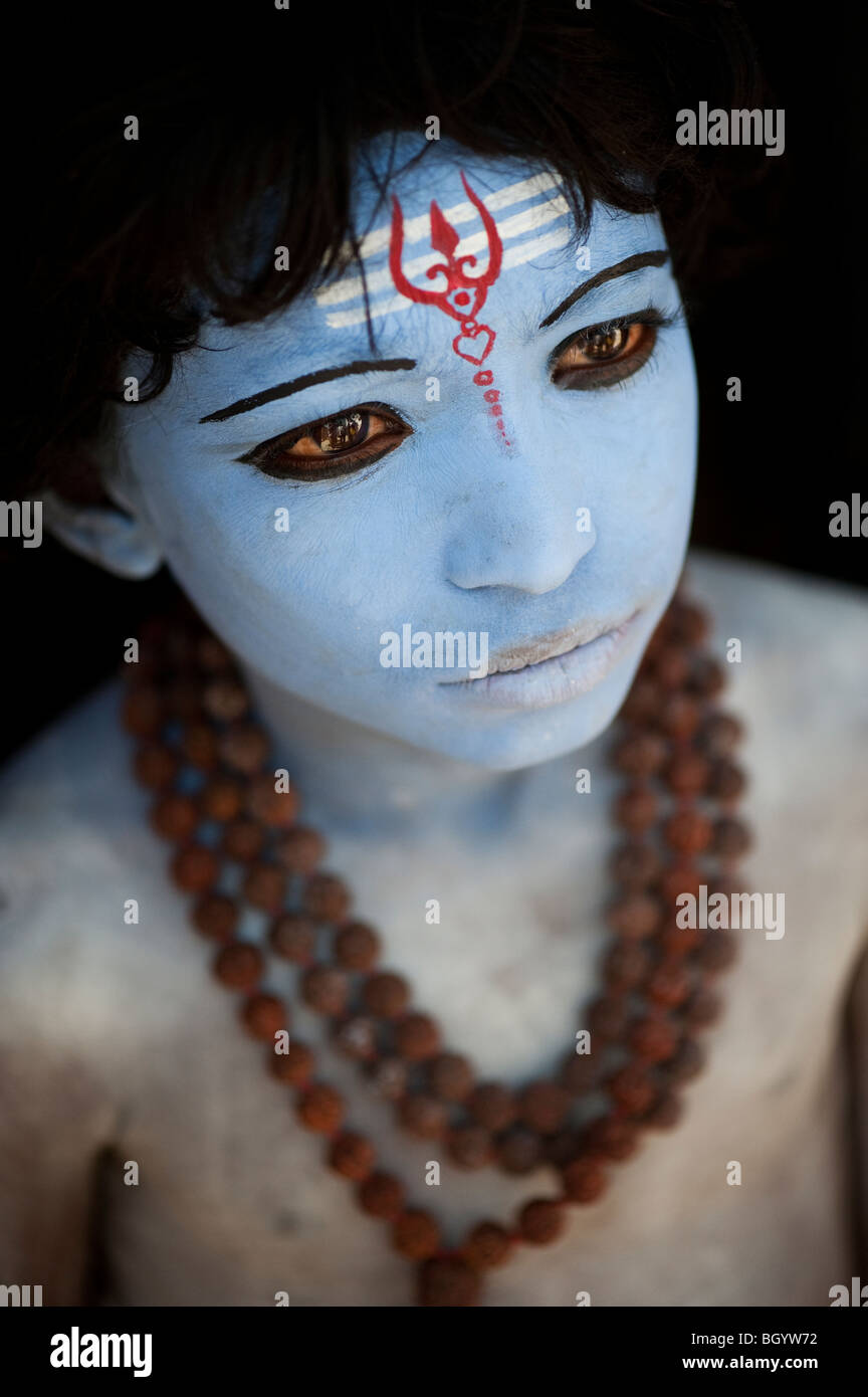 Indischer Junge, Gesicht gemalt als Hindu Gott Shiva vor einem schwarzen Hintergrund. Indien Stockbild