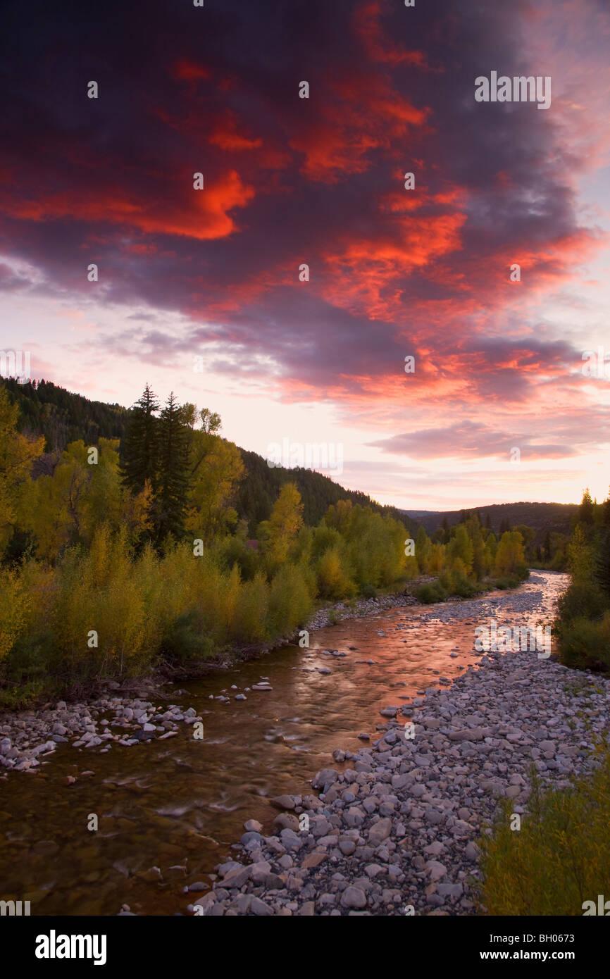 Anthrazit Creek mit Herbstfarben bei Sonnenuntergang entlang Kebler Pass Road, Colorado. Stockbild