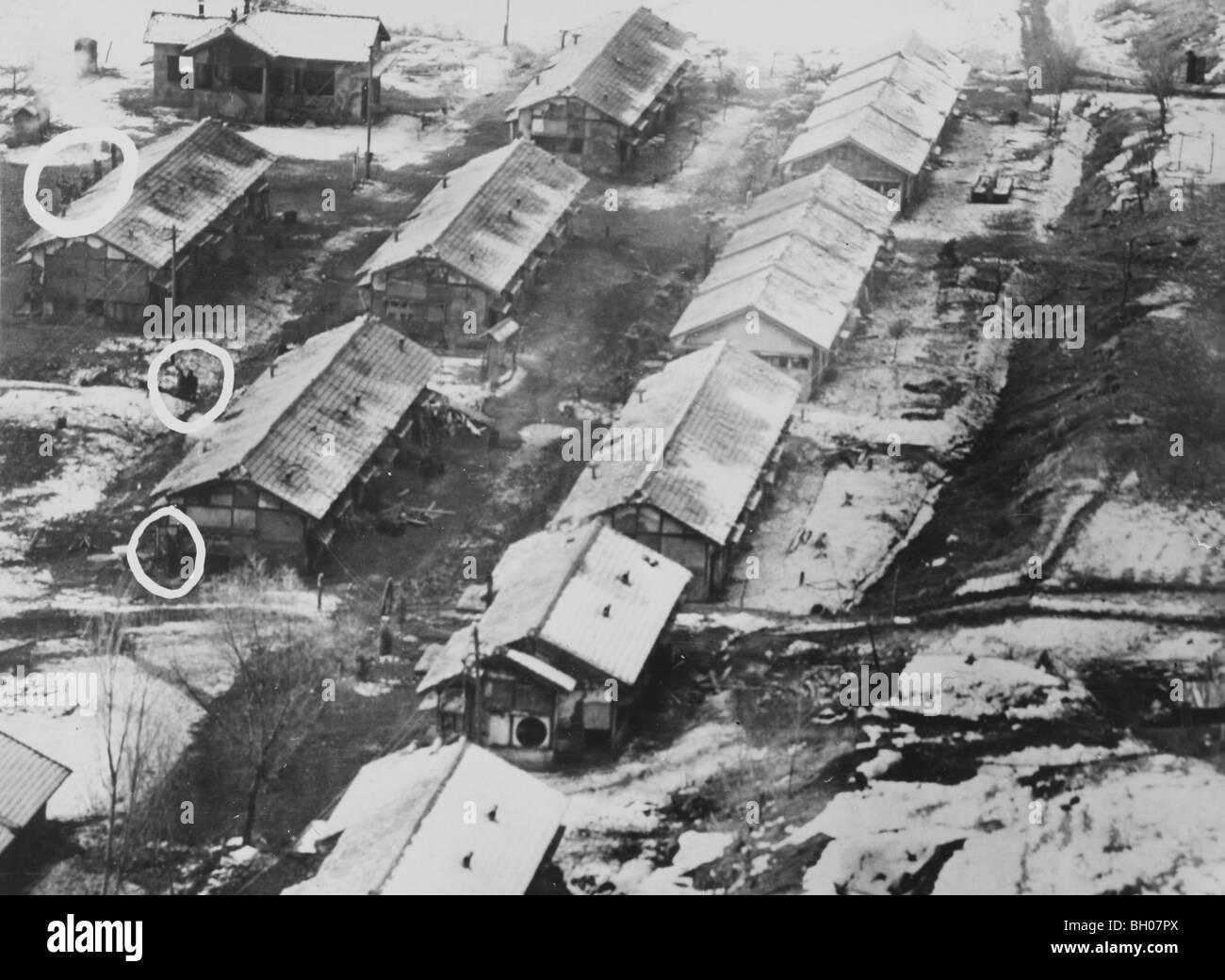 Antennen von niedrig fliegenden unbewaffneten US Air Force Jet Aufklärungsflugzeuge zeigen Kaserne-Art Strukturen Stockbild