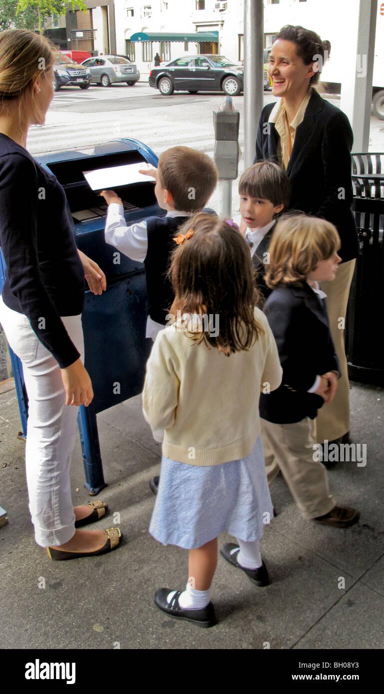 Formell Gekleidet Private Grundschule Kinder Linie Bis Post Ihre