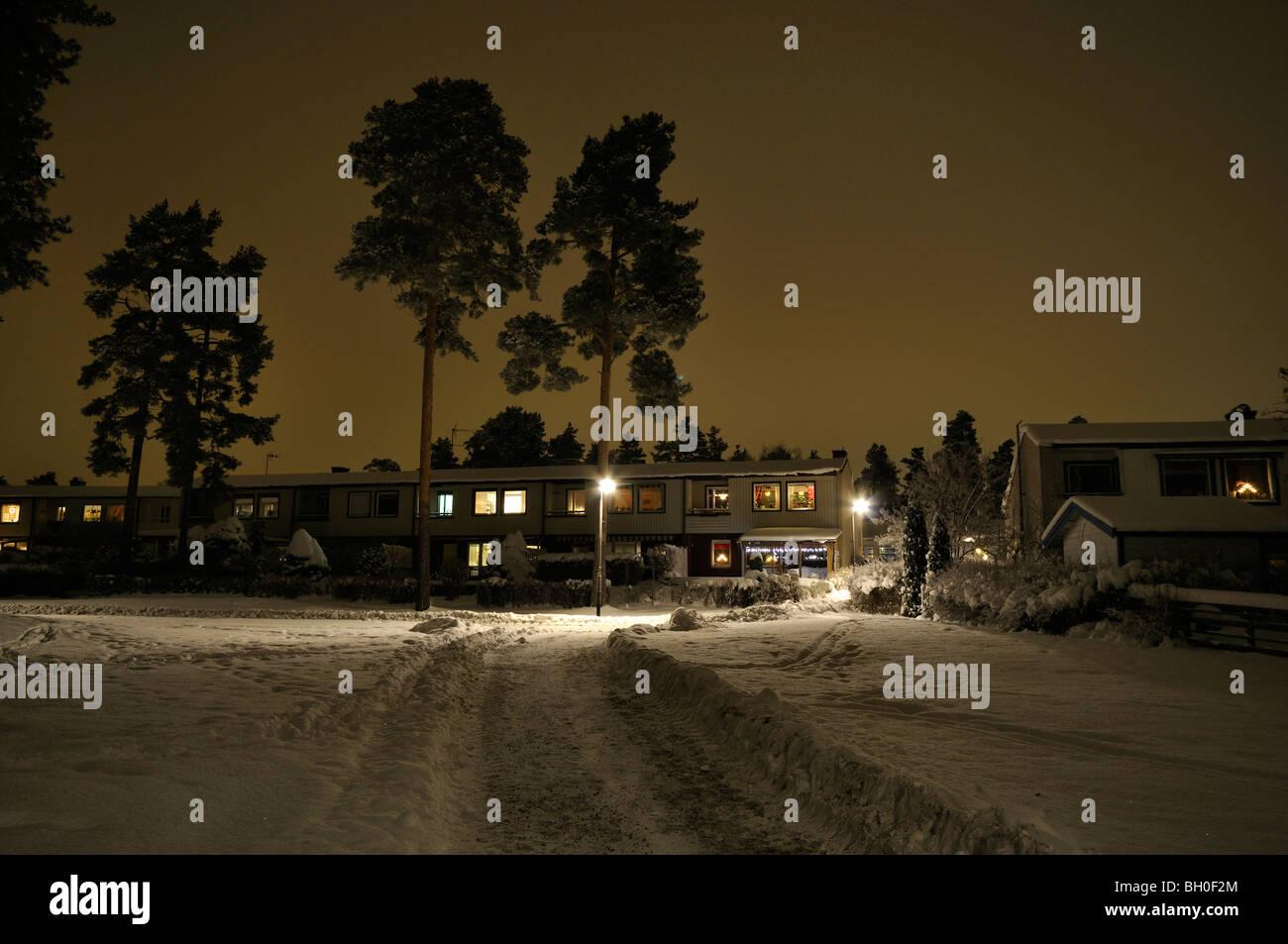 Winternacht in einem Stockholmer Vorort. Stockfoto