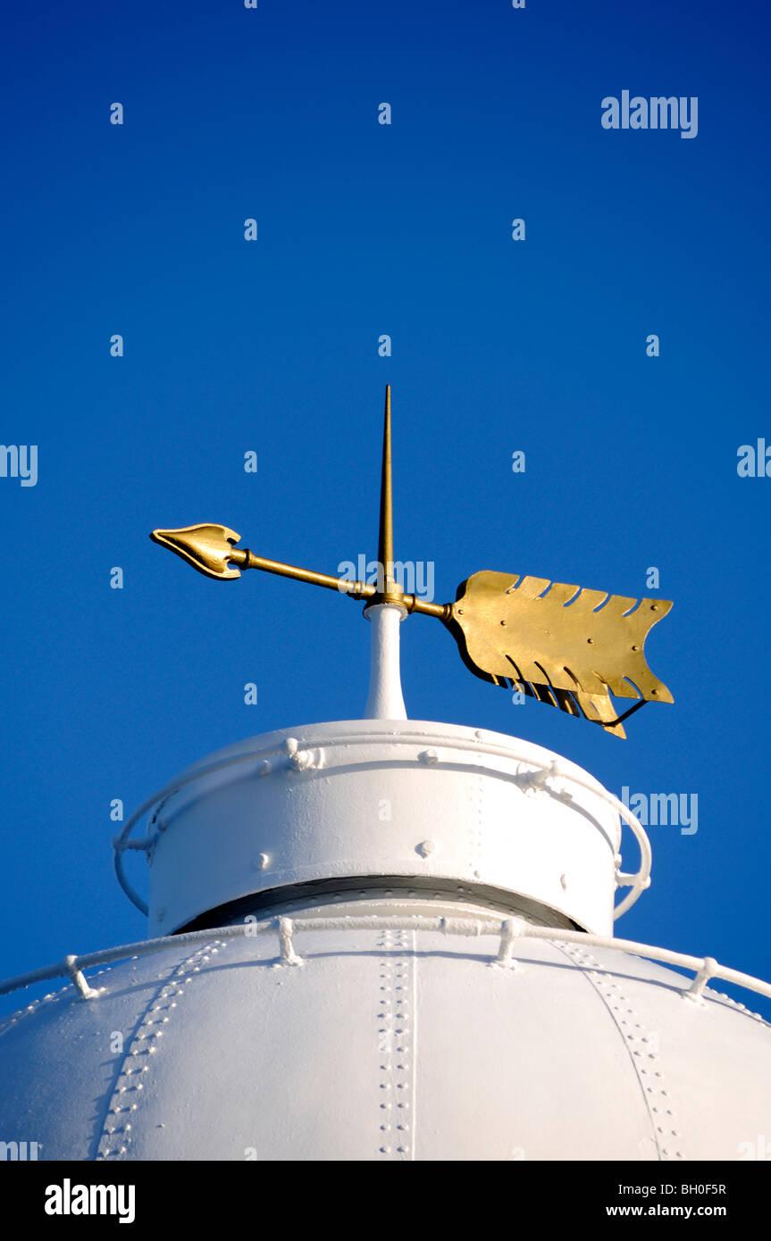 die Wetterfahne auf Pendeen Lighthouse in Cornwall, Großbritannien Stockbild