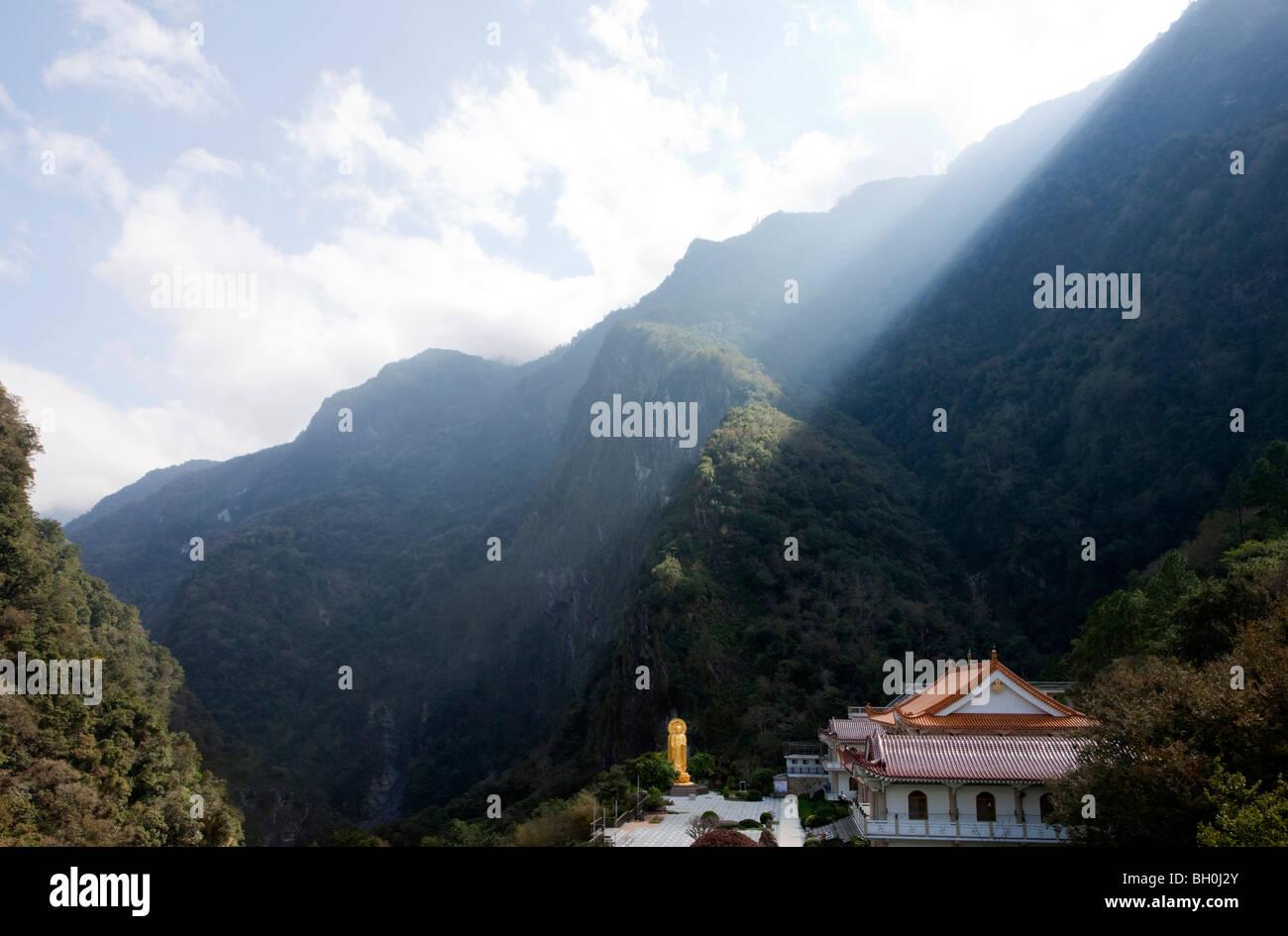 Sonnenstrahlen über Berggipfel, Blick auf Hsiang-Te Tempel und Buddha-Statue, Tienhsiang, Taroko-Schlucht, Stockbild