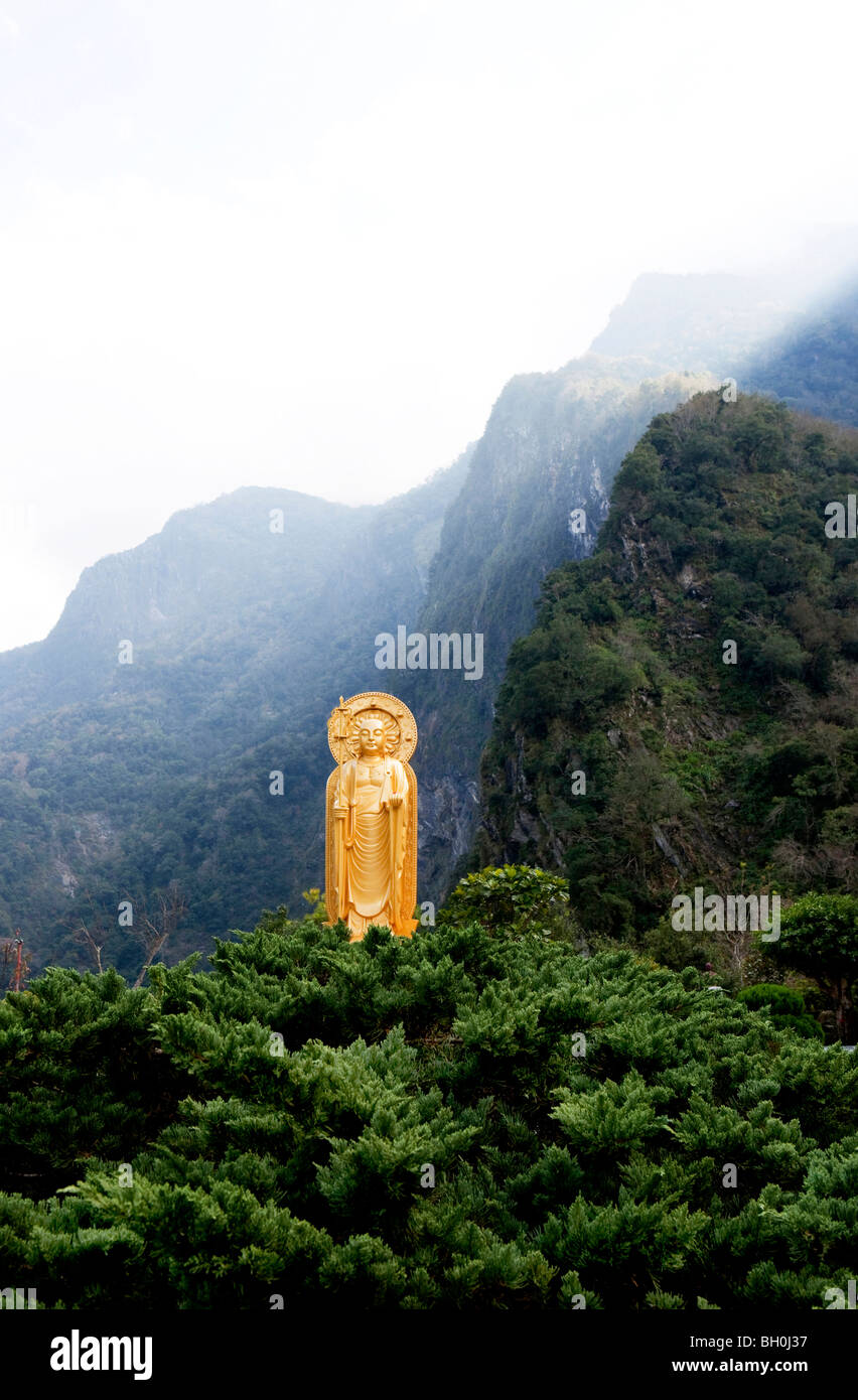 Sonnenstrahlen über Berggipfel an der Budhha-Statue des Tempels Hsiang-Te Tienhsiang, Taroko-Schlucht, Taroko Stockbild