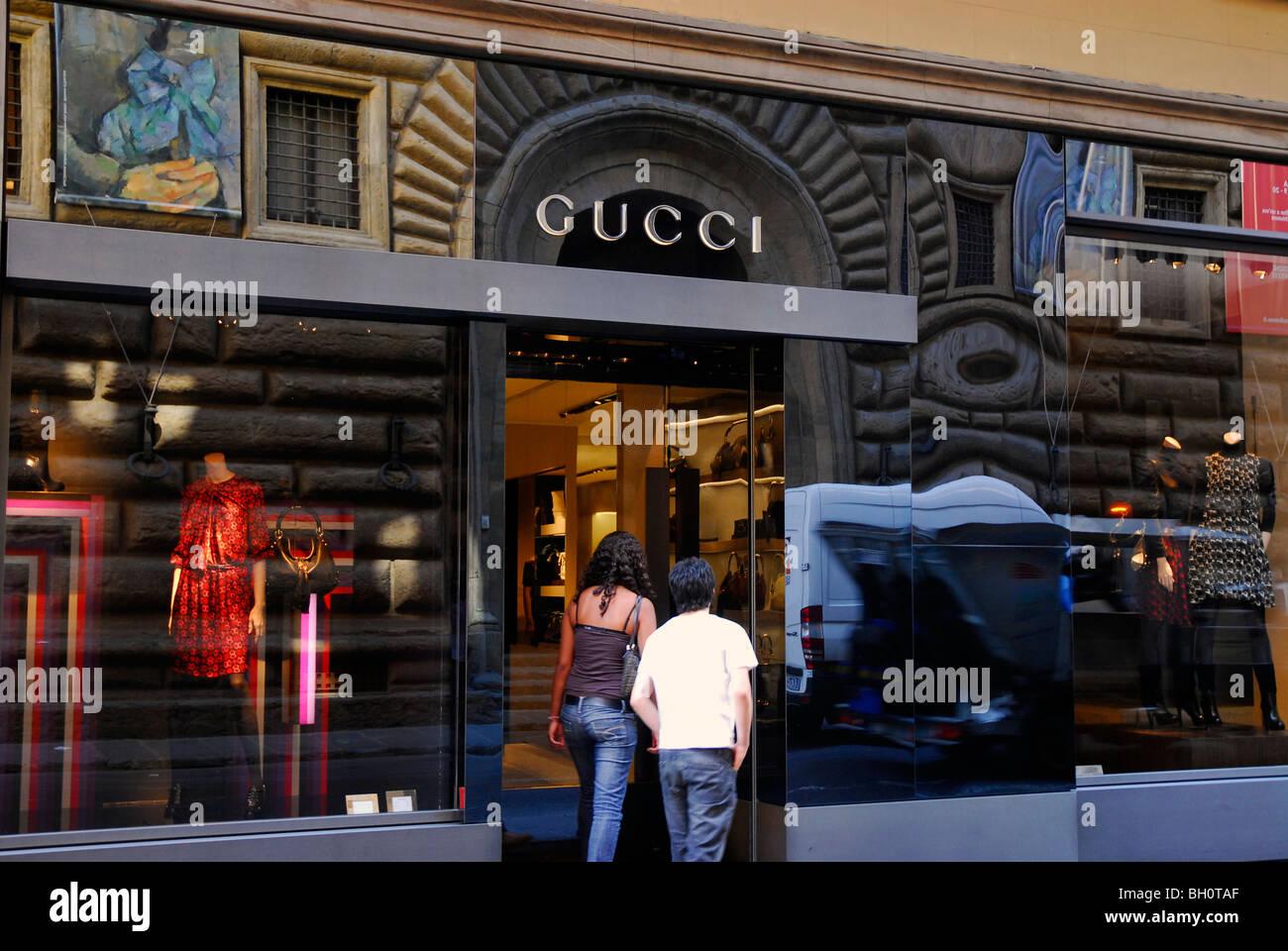 28141e6522c Menschen vor Designer Shop Gucci, Via dei Tornabuoni, Florenz, Toskana,  Italien, Europa