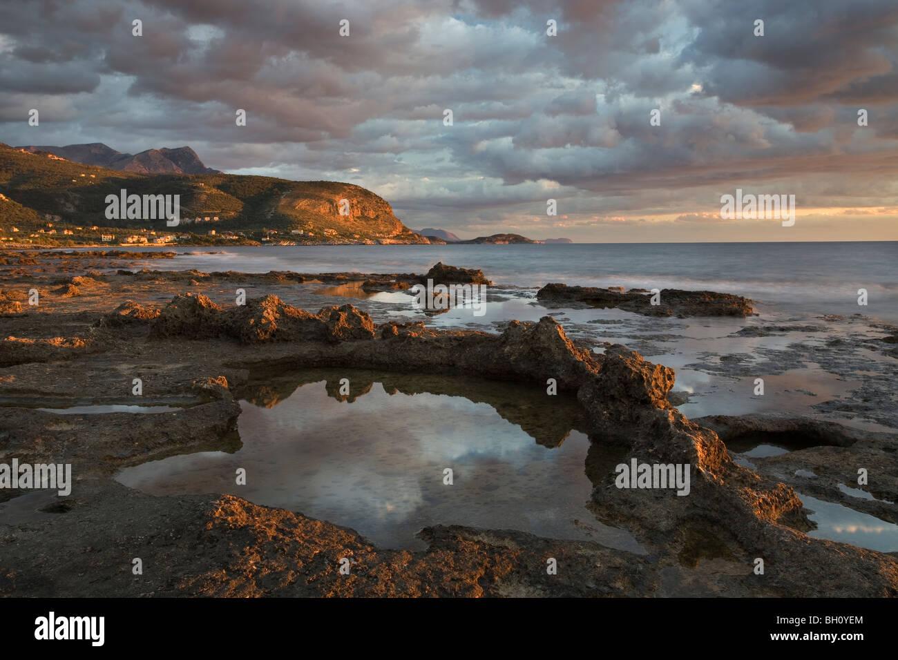 Blick entlang der Küste zwischen Agios Nikolaos und Agios Dimitrios auf dem südlichen Peloponnes Griechenland Stockbild