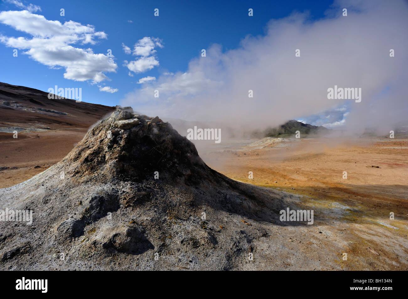 Dampfende Schlot oder Fumarole unter einem schönen Sommerhimmel im Bereich Geothermie des Hverarond in der Stockbild