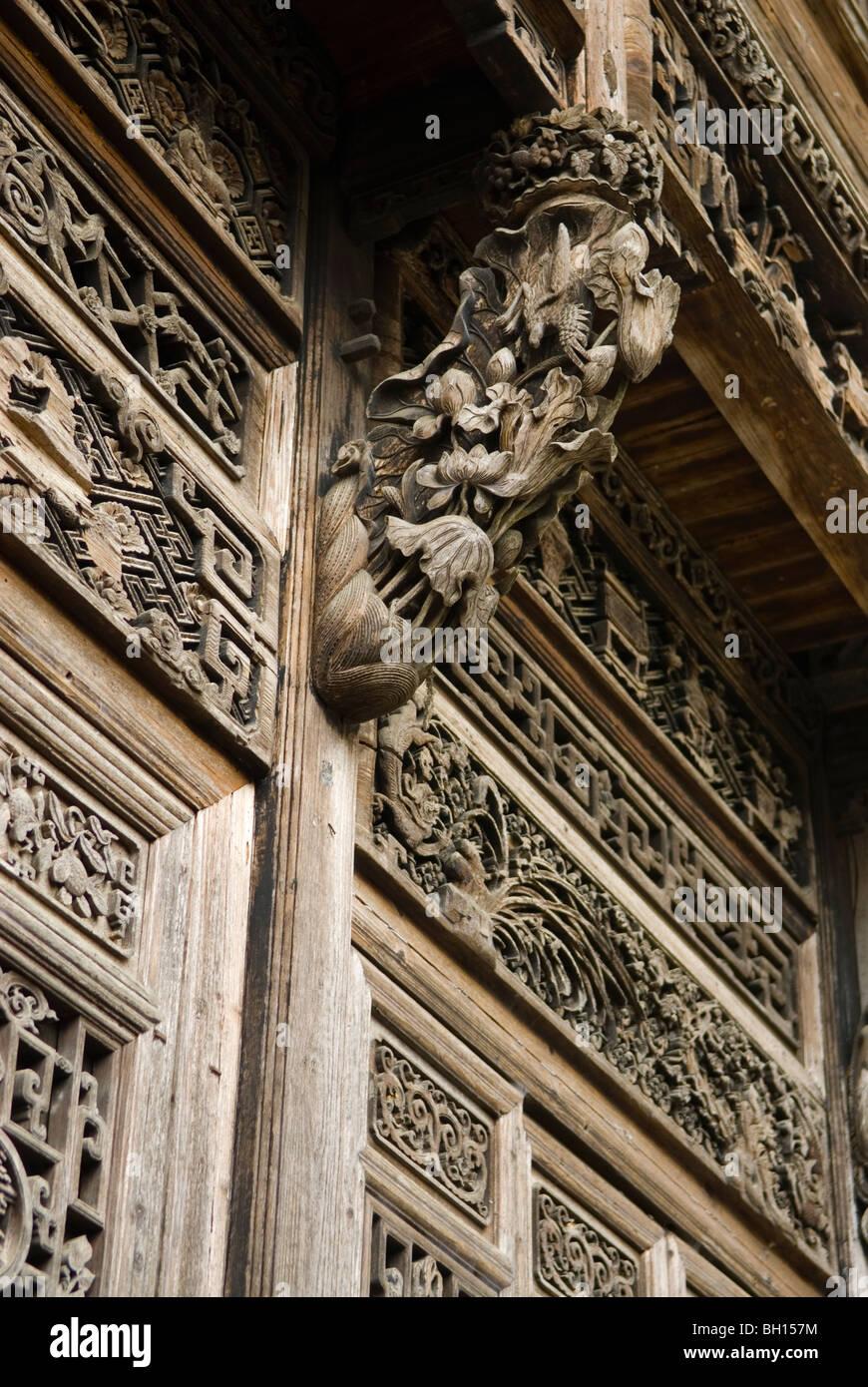 Kunstvoll geschnitzte Türen und Paneele in alten wohlhabenden Kaufmann Wohnung. Sixi. Jiangxi, China. Stockbild