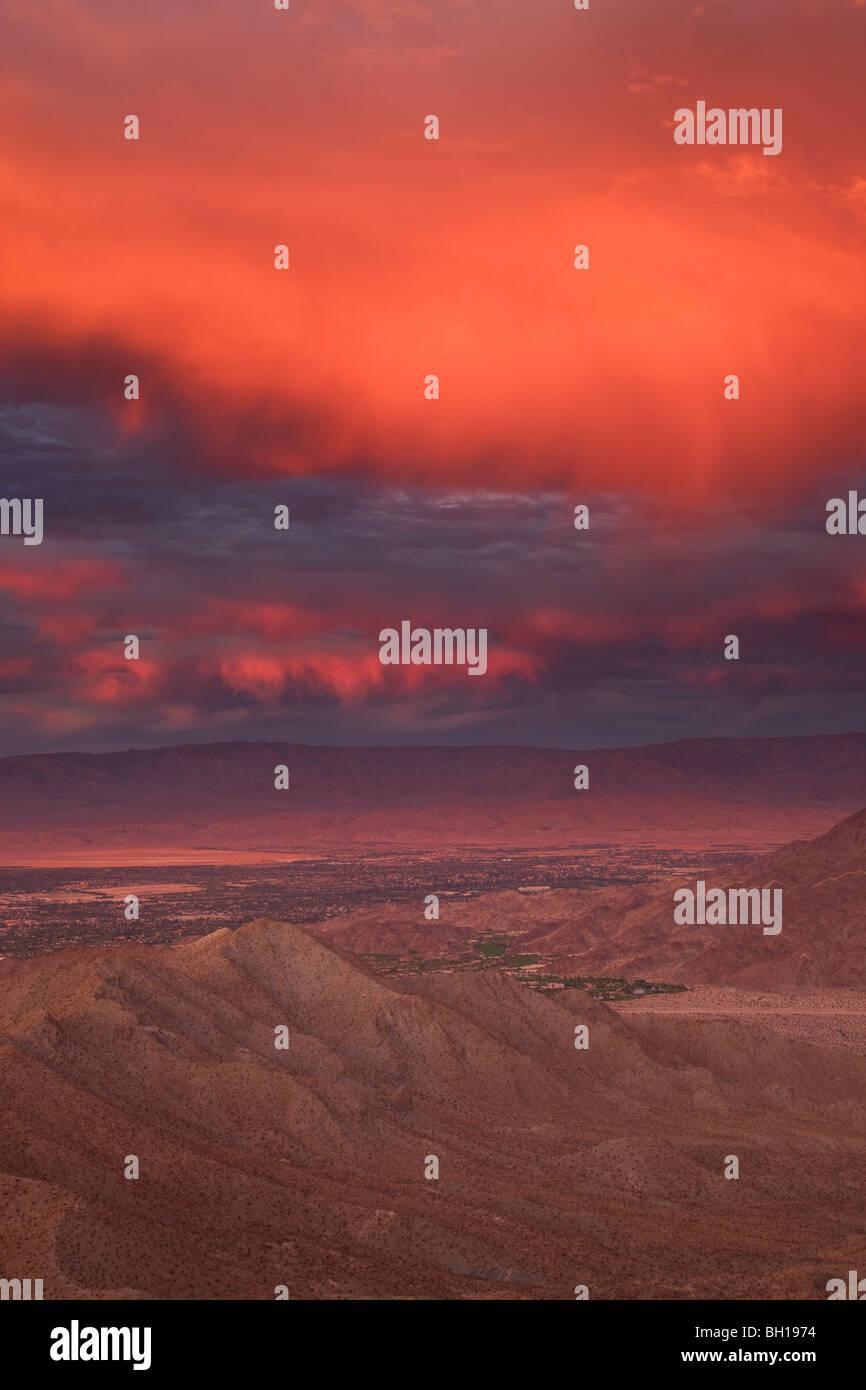 Sonnenuntergang über Palm Desert und Rancho Mirage im Coachella Valley, Kalifornien. Stockbild