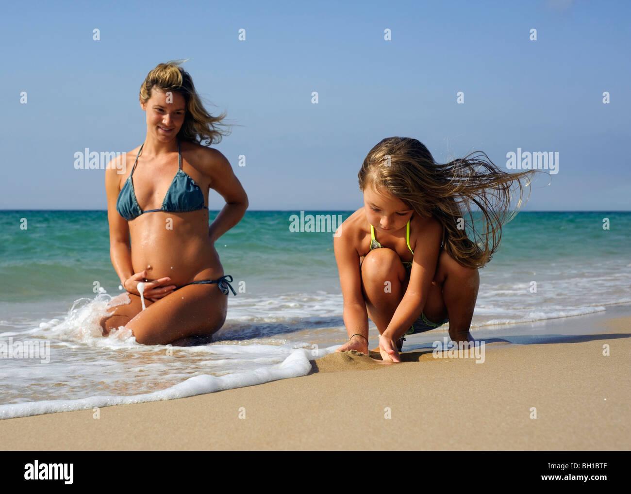 Mutter und Tochter am Strand Stockbild