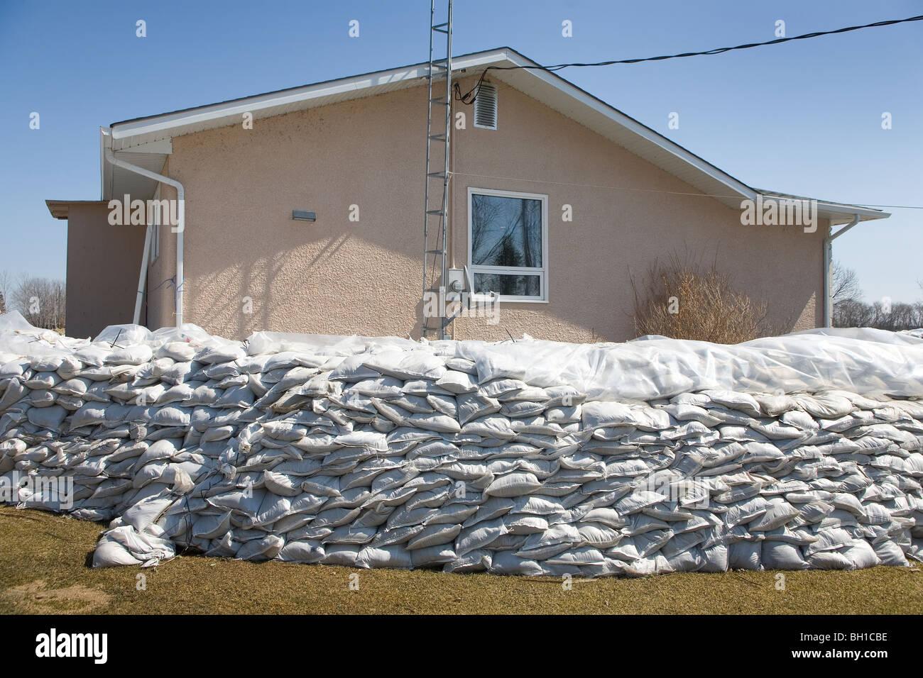 Deich aus Sandsäcken um ländliche Haus zum Schutz vor Red River ...