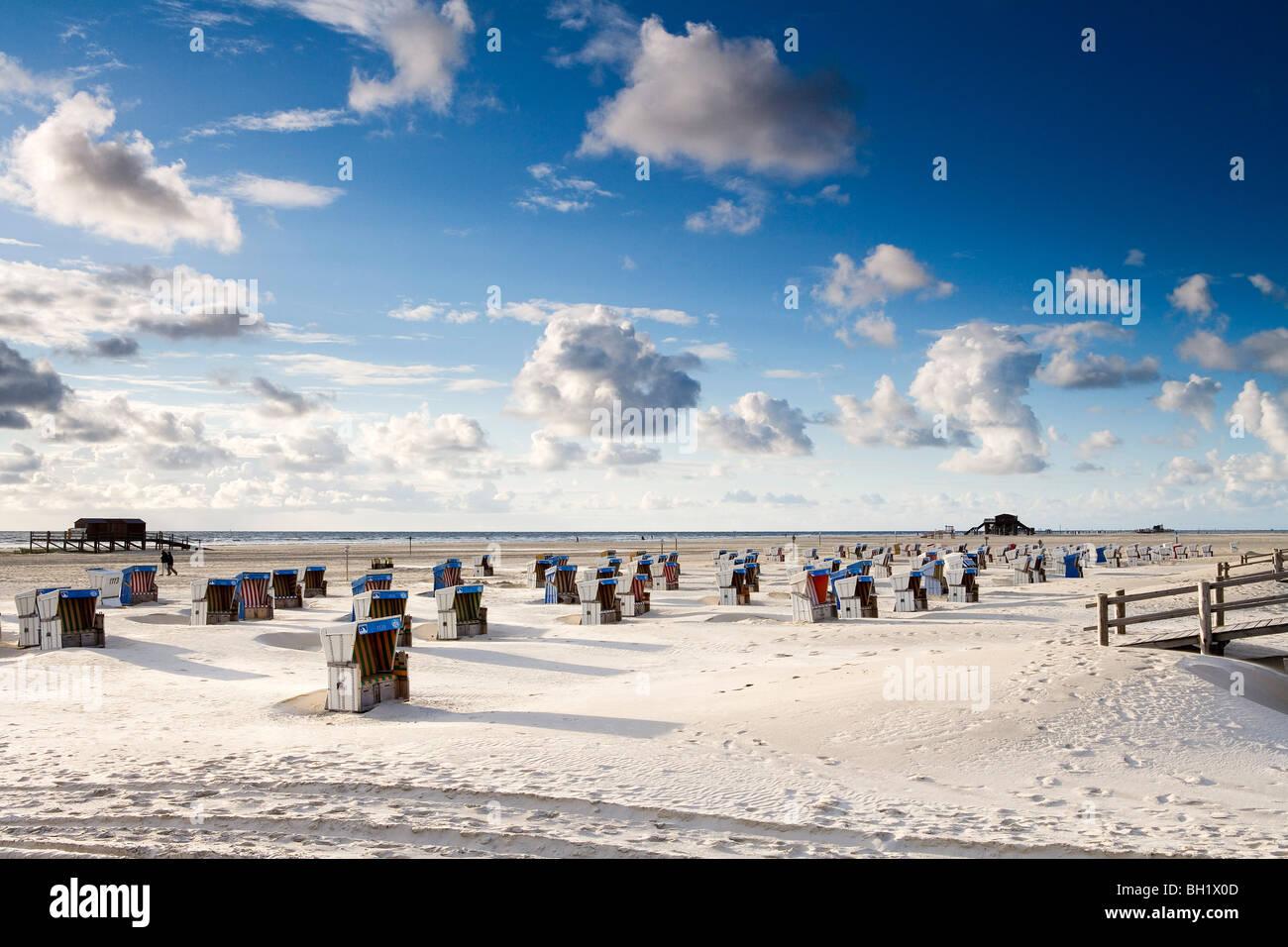 Liegestühle am Strand, St. Peter-Ording, Eiderstedt Halbinsel, Schleswig Holstein, Deutschland, Europa Stockbild