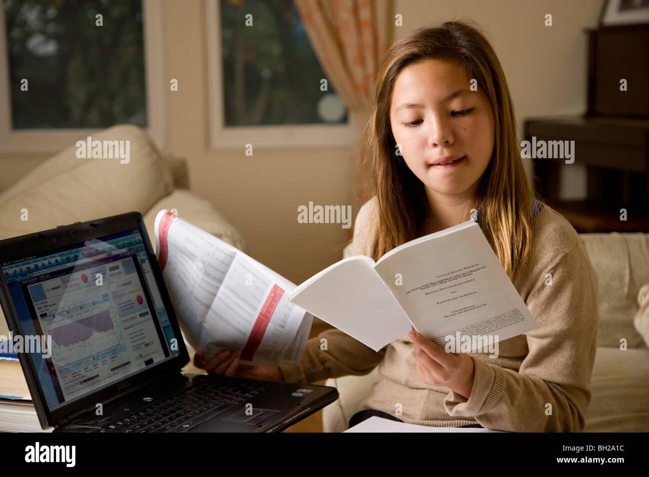 koreanisch wei junge m dchen 11 jahre alt macht finanzanalyse und investieren online stockfoto. Black Bedroom Furniture Sets. Home Design Ideas