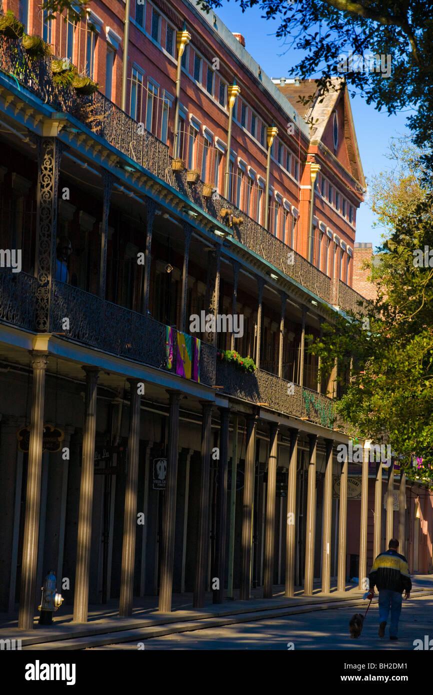 Mann zu Fuß Hund vom oberen Pontalba Gebäude French Quarter New Orleans, Louisiana Stockfoto