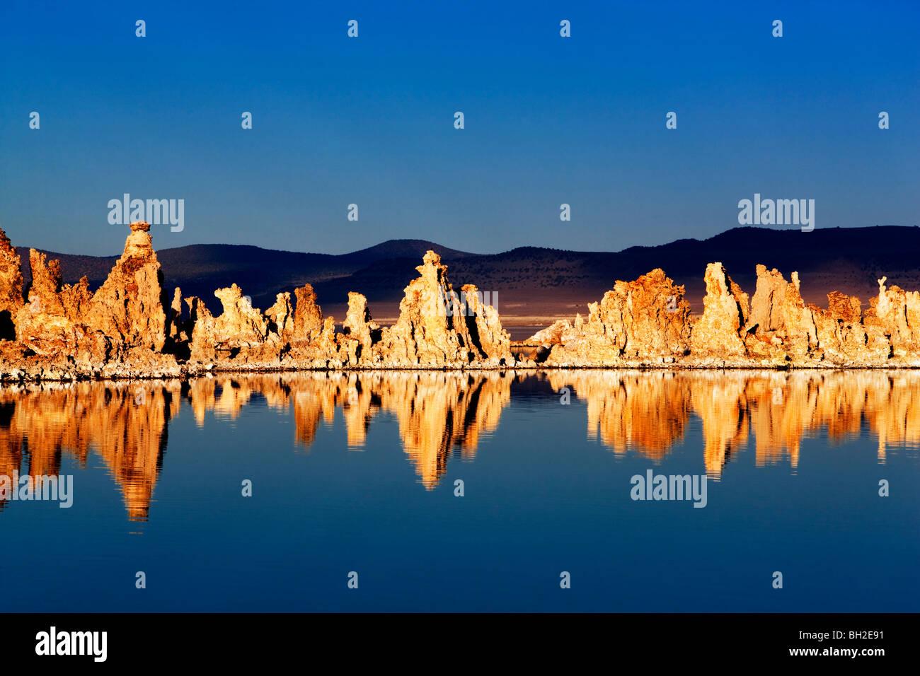 Tuffstein und Reflexionen in Mono Lake, Kalifornien Stockbild