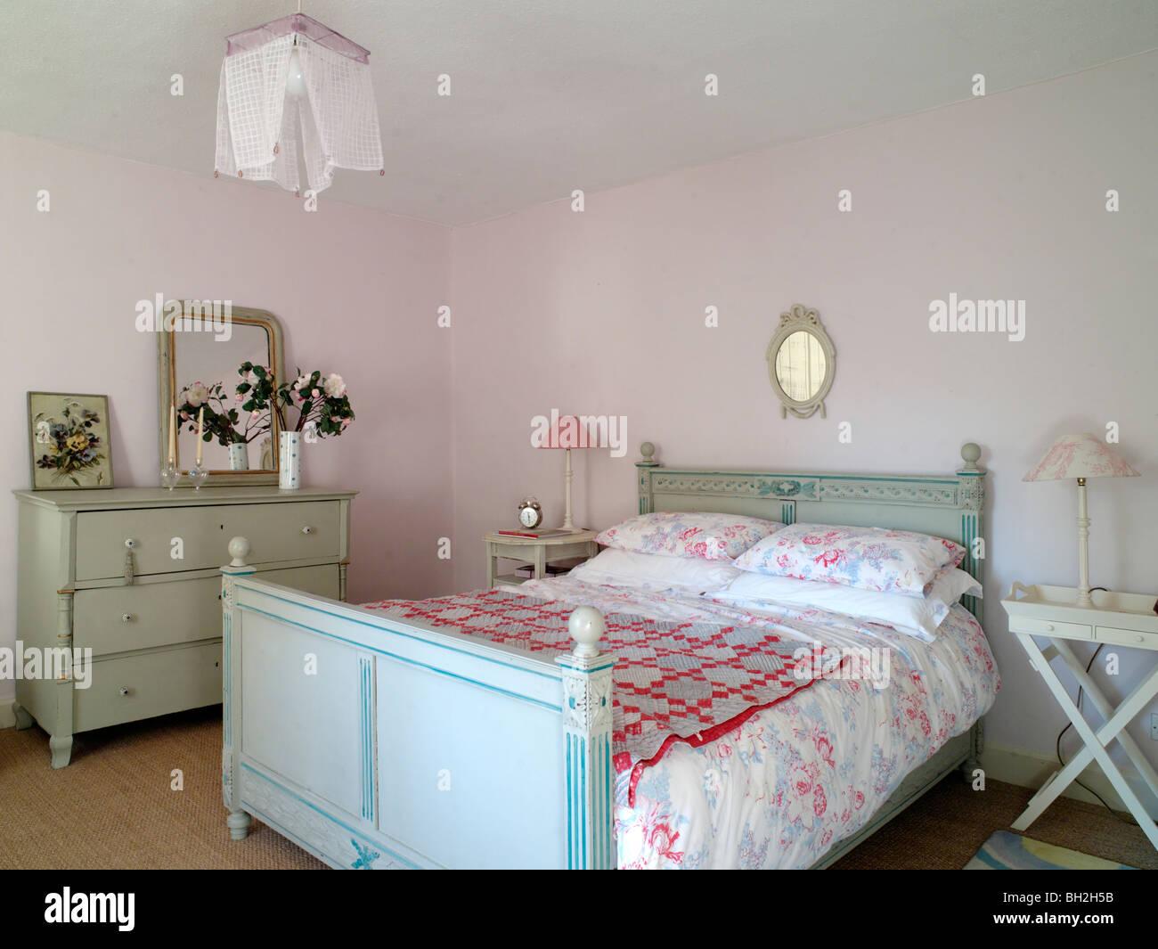 Badezimmer, Schlafzimmer, blau lackierte Bett ...