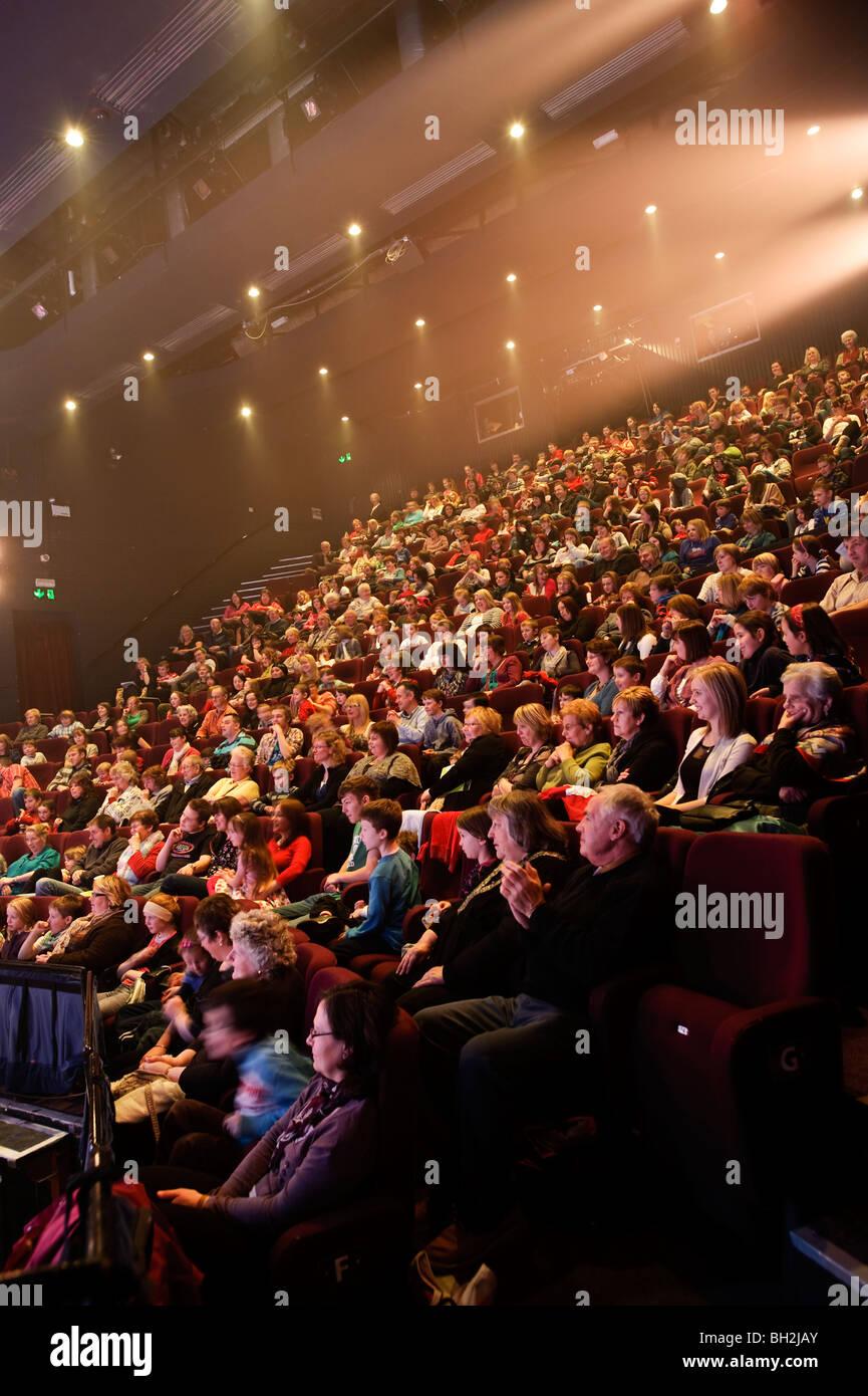 Ein voller Theater-Publikum sitzen im Saal beobachten eine spielen [Kunstzentrum Aberystwyth, Wales UK] Stockbild