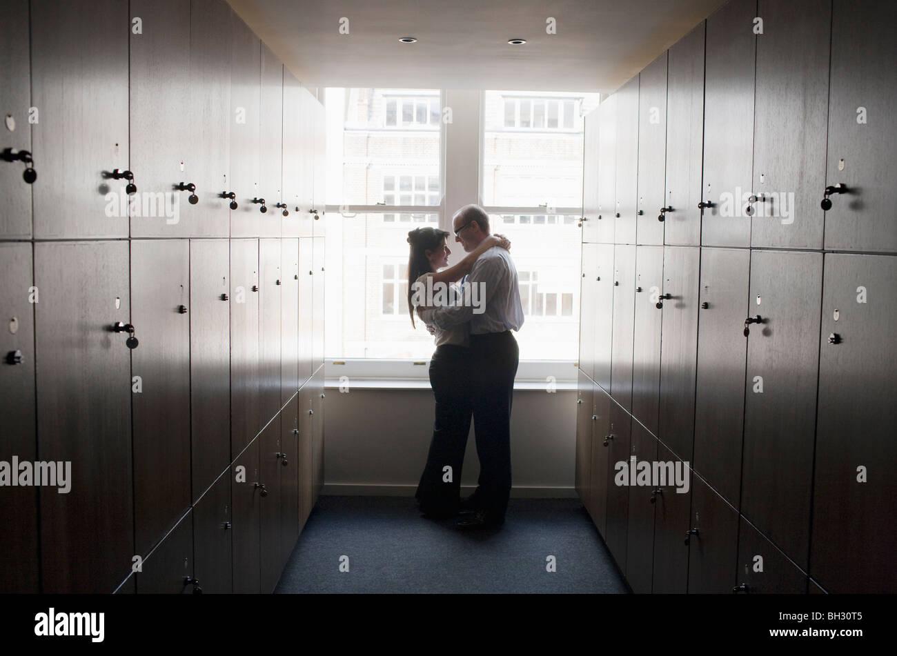 Paar Büroangestellte in Umkleidekabine Stockbild