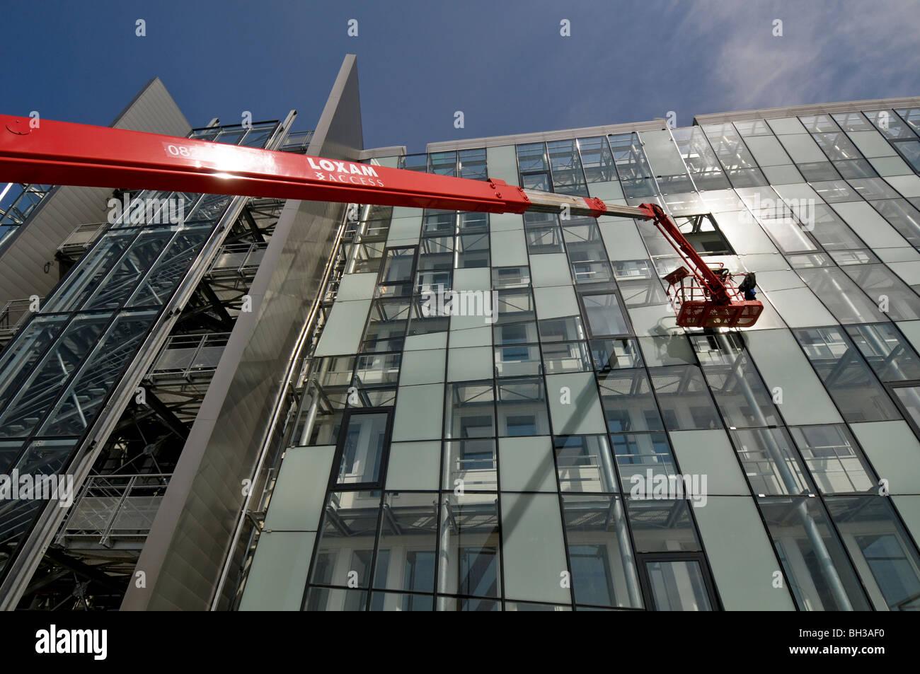 Verwendung eines Access-Plattformen, eine isolierte Glasfassade Stockbild